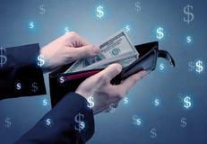 Рука и много деньги в бумажнике Стоковые Фото