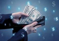 Рука и много деньги в бумажнике Стоковые Изображения