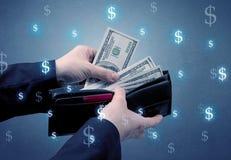 Рука и много деньги в бумажнике Стоковые Изображения RF