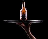 Рука и поднос кельнера с пивом стоковая фотография rf