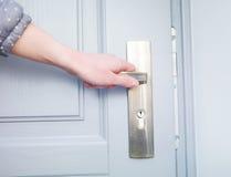 Рука и ручка двери Стоковое Фото