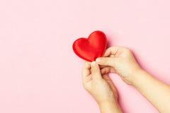 Рука и сердце ` s детей Стоковая Фотография RF