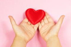 Рука и сердце ` s детей Стоковые Изображения
