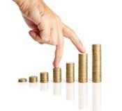 Рука и стога монеток Стоковая Фотография