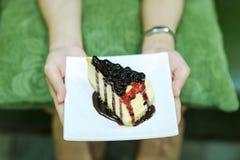 Рука и торт закусок десертов девушки очень вкусных lo здоровья стоковое изображение rf