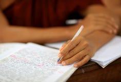 Рука и учебник Конца-вверх Стоковые Изображения RF
