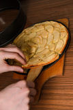 Рука и яблочный пирог, помадка яблочного пирога испекли еду десерта с циннамоном и яблоками на деревянной текстурированной предпо Стоковая Фотография