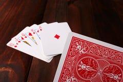 рука карточки идя над игроком к стоковое изображение