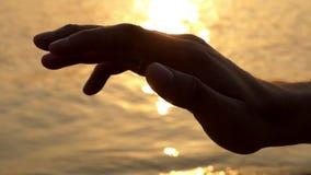 Рука касается воздуху Красивый конец вверх по съемке сток-видео
