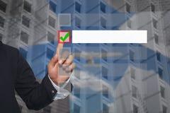 Рука касания пальца пользы бизнесмена к кнопке, который нужно выбрать в тексте Стоковые Фотографии RF