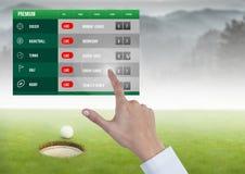 Рука касаясь держа пари гольфу интерфейса App Стоковое Изображение RF