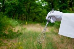 Рука кельнера в белой перчатке держит металл юркнет на открытом воздухе стоковые изображения rf