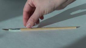 Рука кладет щетку, художника женщины видеоматериал