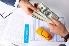 Рука клиента дает пакет 100 долларов счетов Стоковые Фото