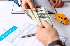 Рука клиента дает пакет 100 долларов счетов Стоковые Изображения RF