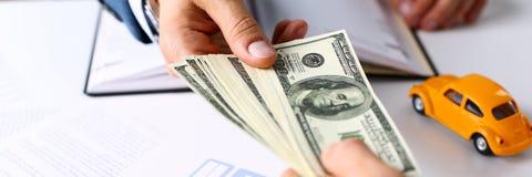 Рука клиента дает пакет 100 долларов счетов Стоковая Фотография