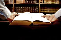 рука книги стоковое изображение rf