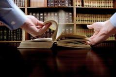 рука книги стоковое изображение