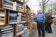 рука книг во-вторых стоковые фотографии rf