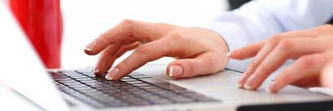 Рука кнопки прессы коммерсантки на портативном компьютере Стоковая Фотография