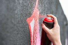 Рука колеривщика надписи на стенах Стоковое Изображение