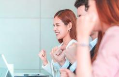 Рука команды вверх для успешной встречи для концепции успеха в бизнесе стоковые фото