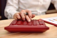 Рука коммерсантки используя калькулятор Стоковые Изображения