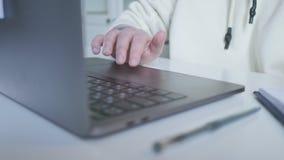 Рука коммерсантки касаясь сенсорной панели ноутбука руки женщины перечисляя изображения Женщина работая с портативным компьютером акции видеоматериалы