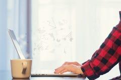 Рука коммерсантки с компьтер-книжкой и чашкой Стоковая Фотография RF