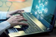 Рука компьтер-книжки клавиатуры человека печатая с исследовать процесс стоковое фото rf