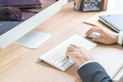 Рука конца-вверх бизнесмена используя компьютер Стоковое Изображение RF