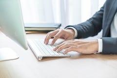 Рука конца-вверх бизнесмена используя компьютер Стоковая Фотография