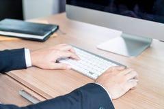 Рука конца-вверх бизнесмена используя компьютер Стоковые Изображения RF
