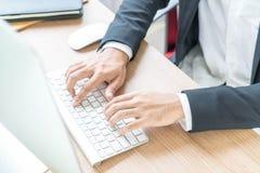 Рука конца-вверх бизнесмена используя компьютер Стоковое Фото