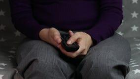 Рука конца-вверх на телевидении удаленном акции видеоматериалы