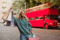 Рука красивой женщины развевая пока стоящ на улице стоковая фотография rf