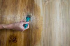 Рука краски человека на деревянной мебели Стоковые Изображения RF