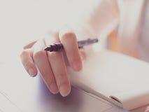 Рука красоты и палец азиатского дела woman30s к 40s с Стоковые Изображения
