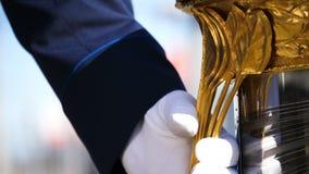 Рука крупного плана замедленного движения принимает ручку золота чашки хоккея видеоматериал