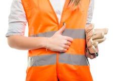Рука крупного плана инженера женщины делая как знак Стоковые Фото
