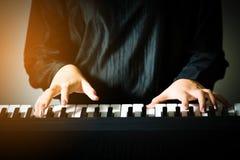 Рука крупного плана женщины играя рояль Стоковые Фотографии RF