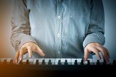Рука крупного плана женщины играя рояль Стоковое Изображение RF