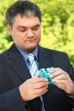 рука кубика бизнесмена держит напольное лето Стоковое Изображение RF