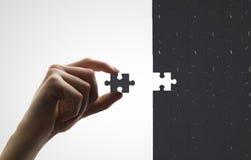 Рука кладет головоломку стоковые фотографии rf