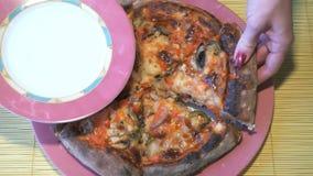 Рука кладет one piece пиццы на поддонник видеоматериал