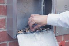 Рука кладя вне сигарету Стоковые Фотографии RF