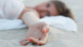 Рука лежа на песке Стоковая Фотография RF