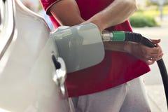 Рука людей на бензоколонке Стоковое фото RF