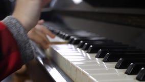 Рука маленькой девочки играя рояль видеоматериал
