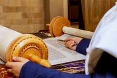 Рука мальчика читая еврейское Torah на чтении Torah бар-мицва бар-мицва Стоковые Изображения
